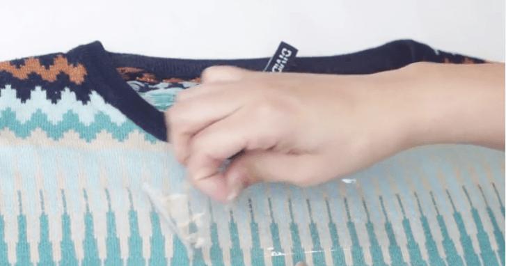 dùng băng dính để loại bỏ xơ vải trên quần áo