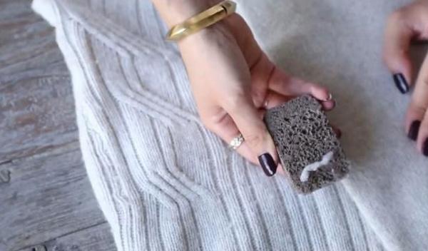 sử dụng đá bọt để loại bỏ xơ vải trên quần áo