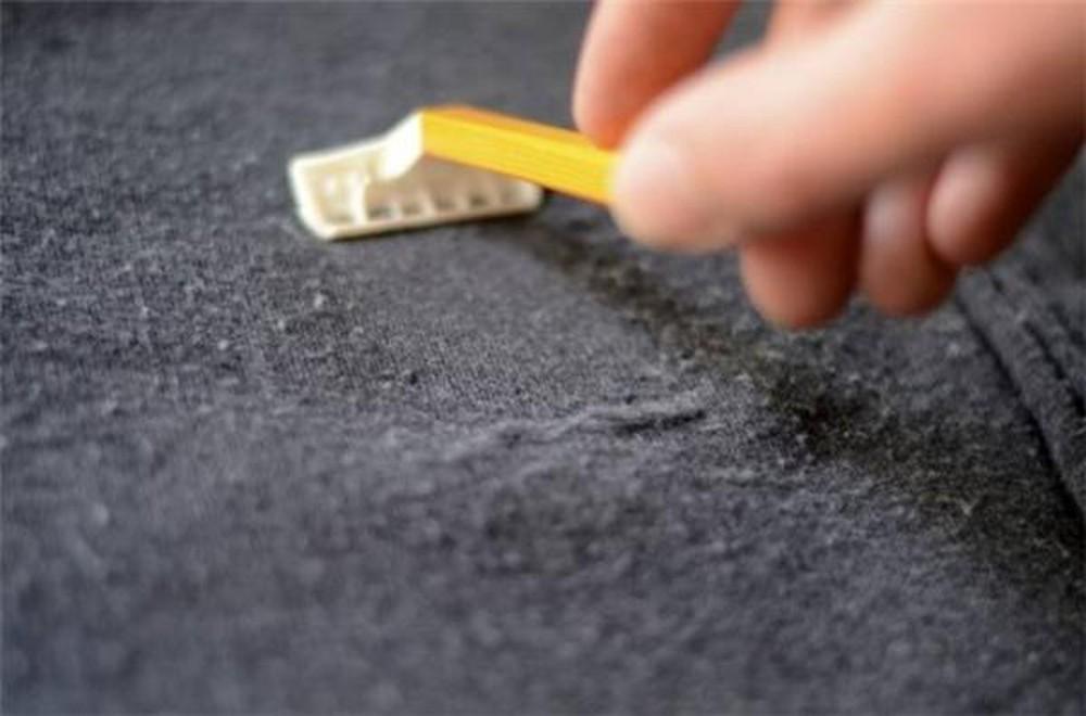 sử dụng dao cạo râu để loại bỏ xơ vải