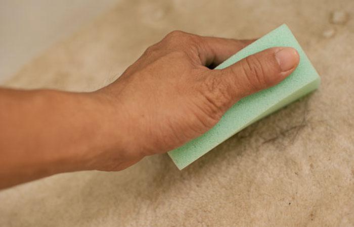 dùng miếng mút dính để loại bỏ xơ vải trên quần áo